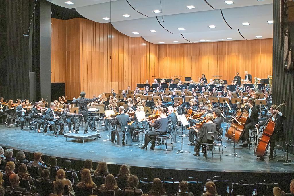 """Schwungvolles Finale: Tor-Song Tan dirigiert die """"Akademische Festouvertüre"""" von Johannes Brahms. Foto: Oliver Berg"""
